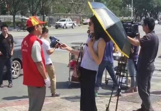 女记者采访打伞遭停职